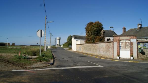 La salle communale et la route de Clévilliers